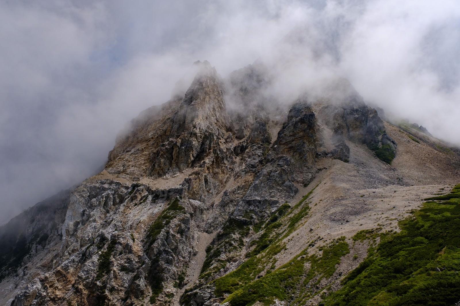 「沸き立つガスに包まれた岩山(白馬岳)」の写真
