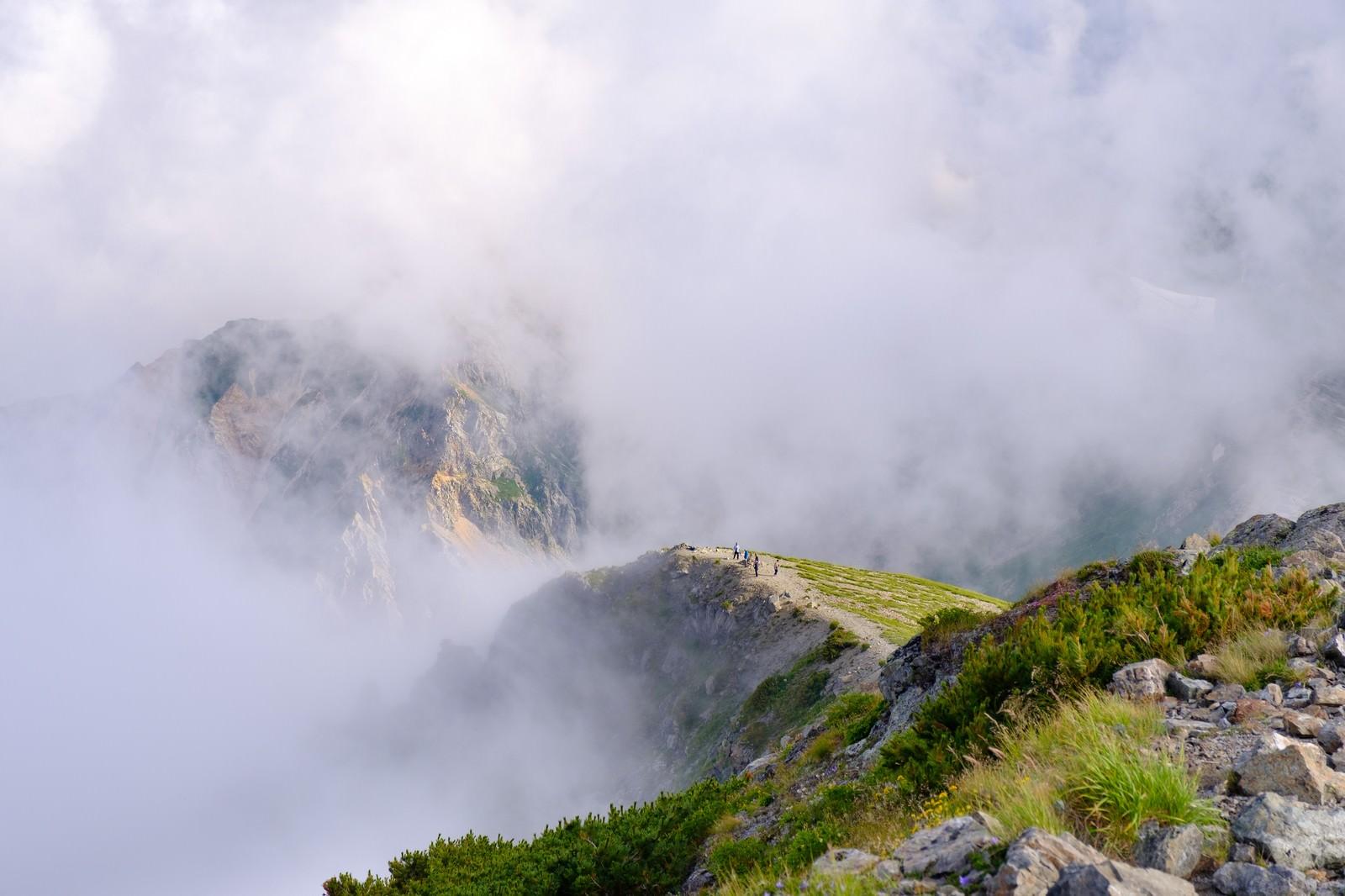 「ガスに隠れた杓子岳と切れ間からあられる登山道(杓子岳)」の写真