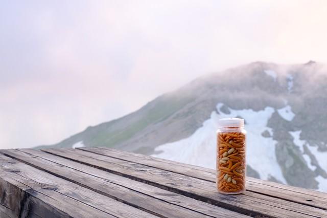 登山のお供にナルゲンボトルに入った柿ピーの写真