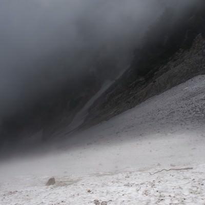 ガスに包まれた厳しい悪天候の白馬大雪渓(白馬岳)の写真