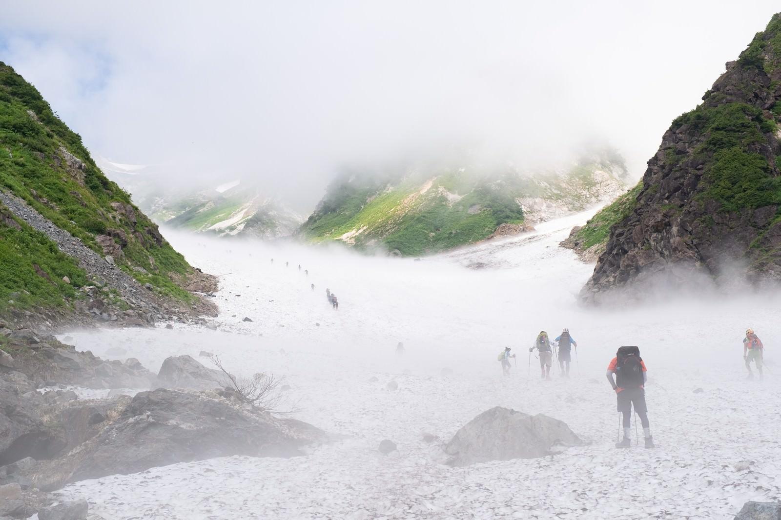 「白馬大雪渓を登り始める登山者達(白馬岳)」の写真