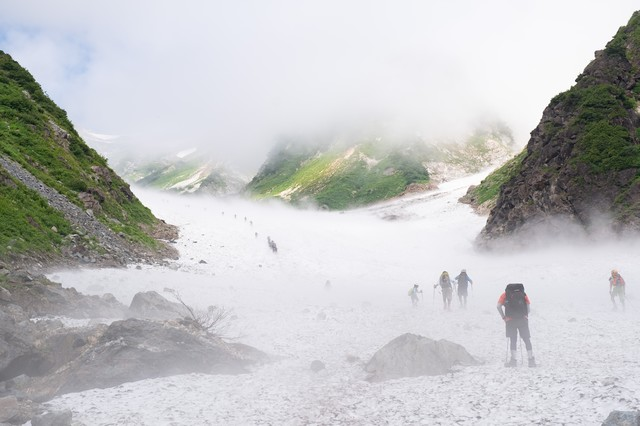 白馬大雪渓を登り始める登山者達(白馬岳)の写真