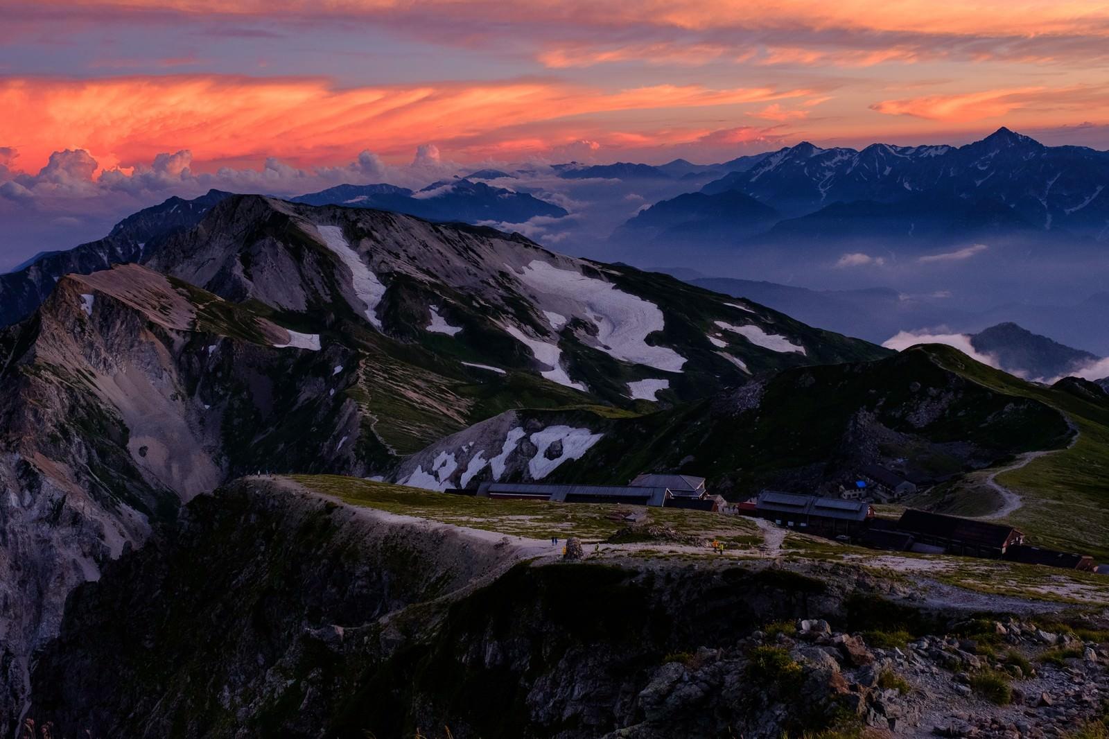 「夕日に染まる杓子岳と白馬鑓ヶ岳と立山連峰 | 写真の無料素材・フリー素材 - ぱくたそ」の写真