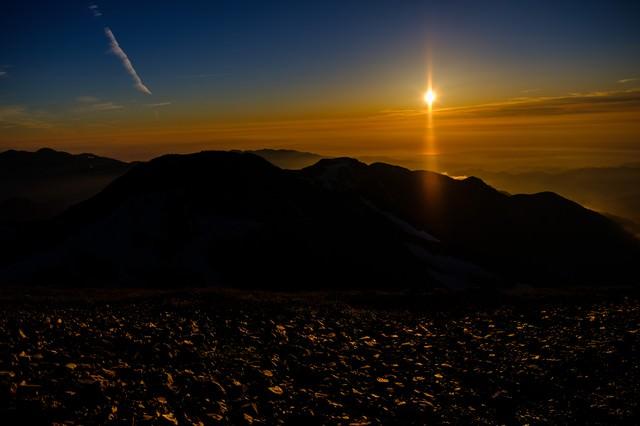 夕日に照らされた登山道(白馬岳)の写真