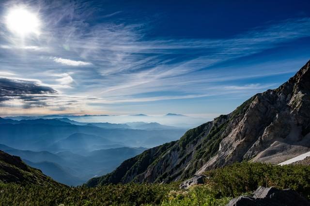 霞と光芒を俯瞰した風景の写真