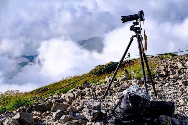 三脚と一眼レフで山岳写真を撮影中(白馬岳)の写真