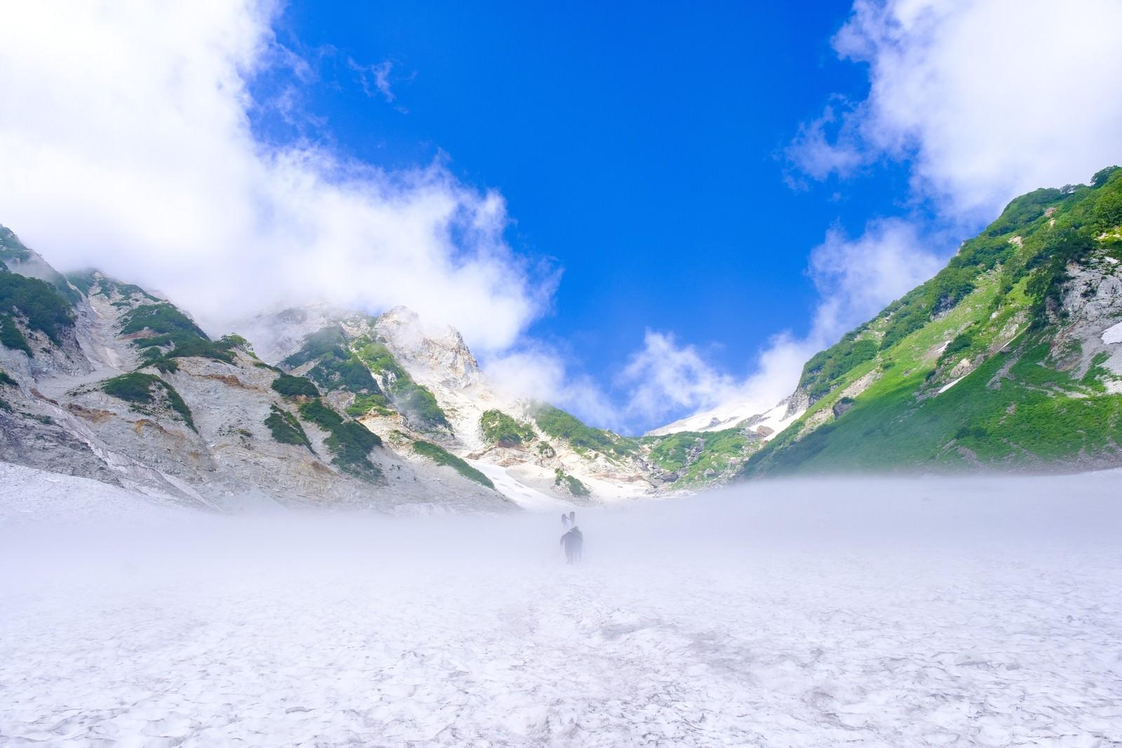 「白馬大雪渓の登山中に見える快晴(白馬岳)」の写真