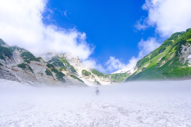 白馬大雪渓の登山中に見える快晴(白馬岳)の写真