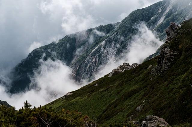 朝霧が経つ白馬連峰の写真