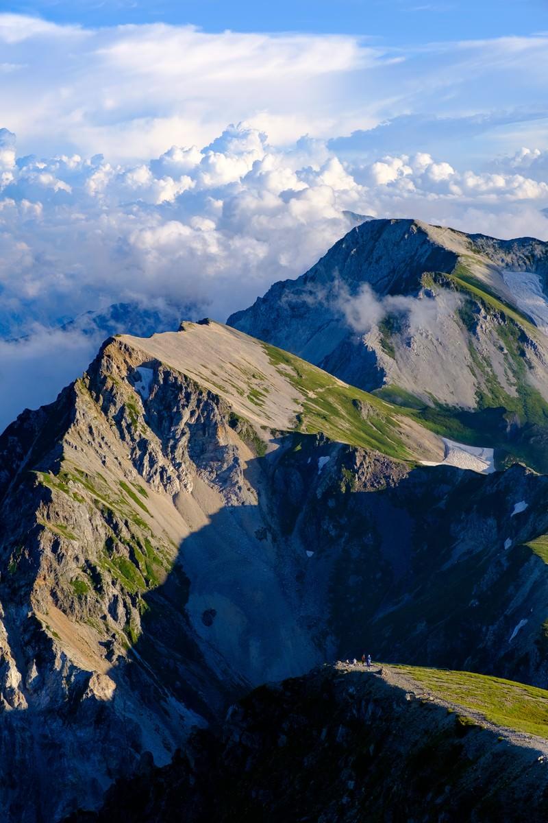 「登山道を歩く登山者と杓子岳 | 写真の無料素材・フリー素材 - ぱくたそ」の写真