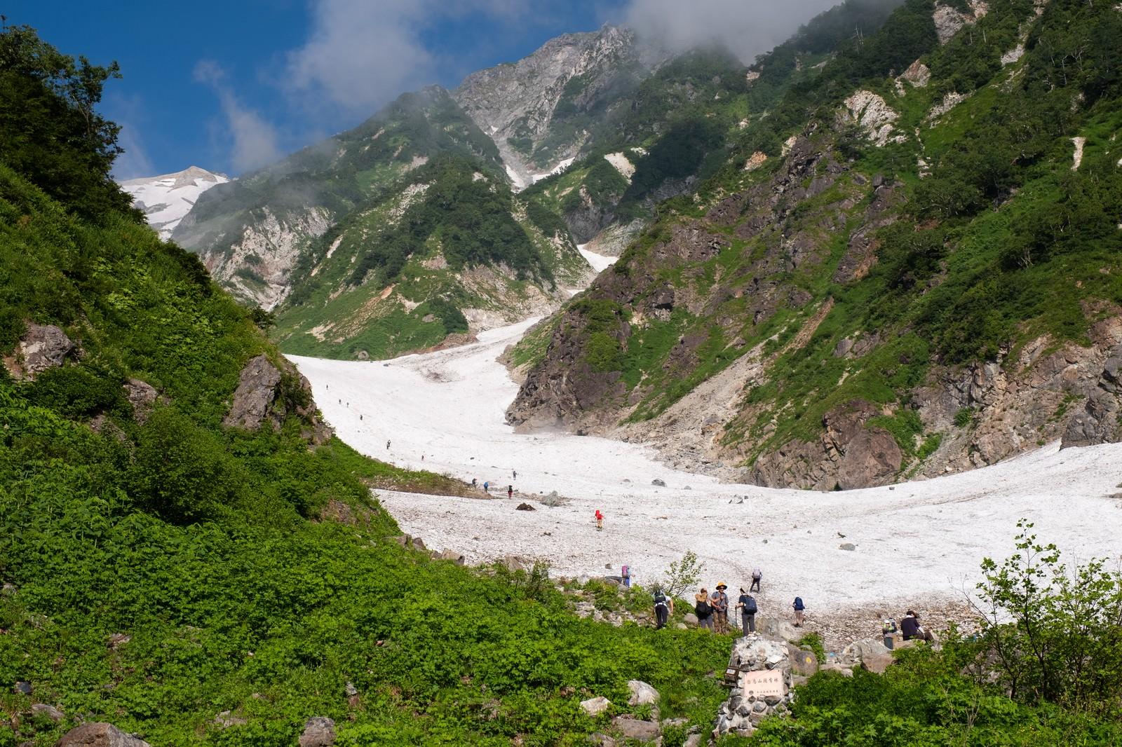 「白馬大雪渓登山ルートの取り付き(白馬岳)」の写真