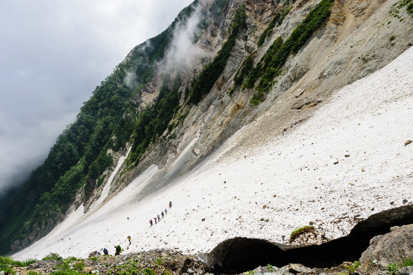 「白馬大雪渓の傾斜に挑む登山者達(白馬岳)」の写真