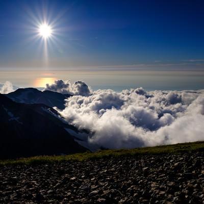 白馬岳から見る陽の光の写真
