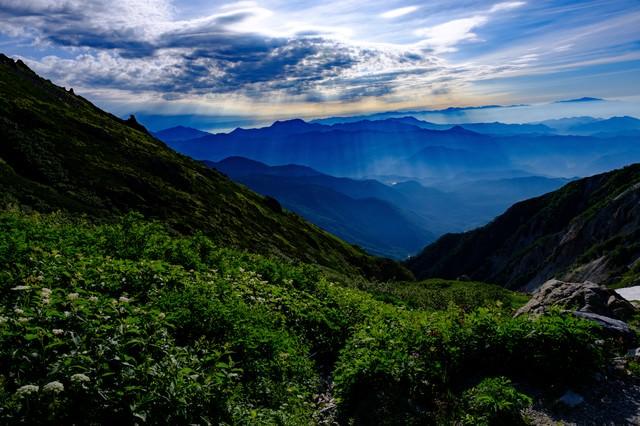 白馬岳から望む雲間から伸びる光芒の写真