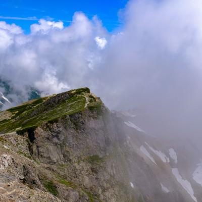 白馬岳の山頂から望む稜線の山々の写真
