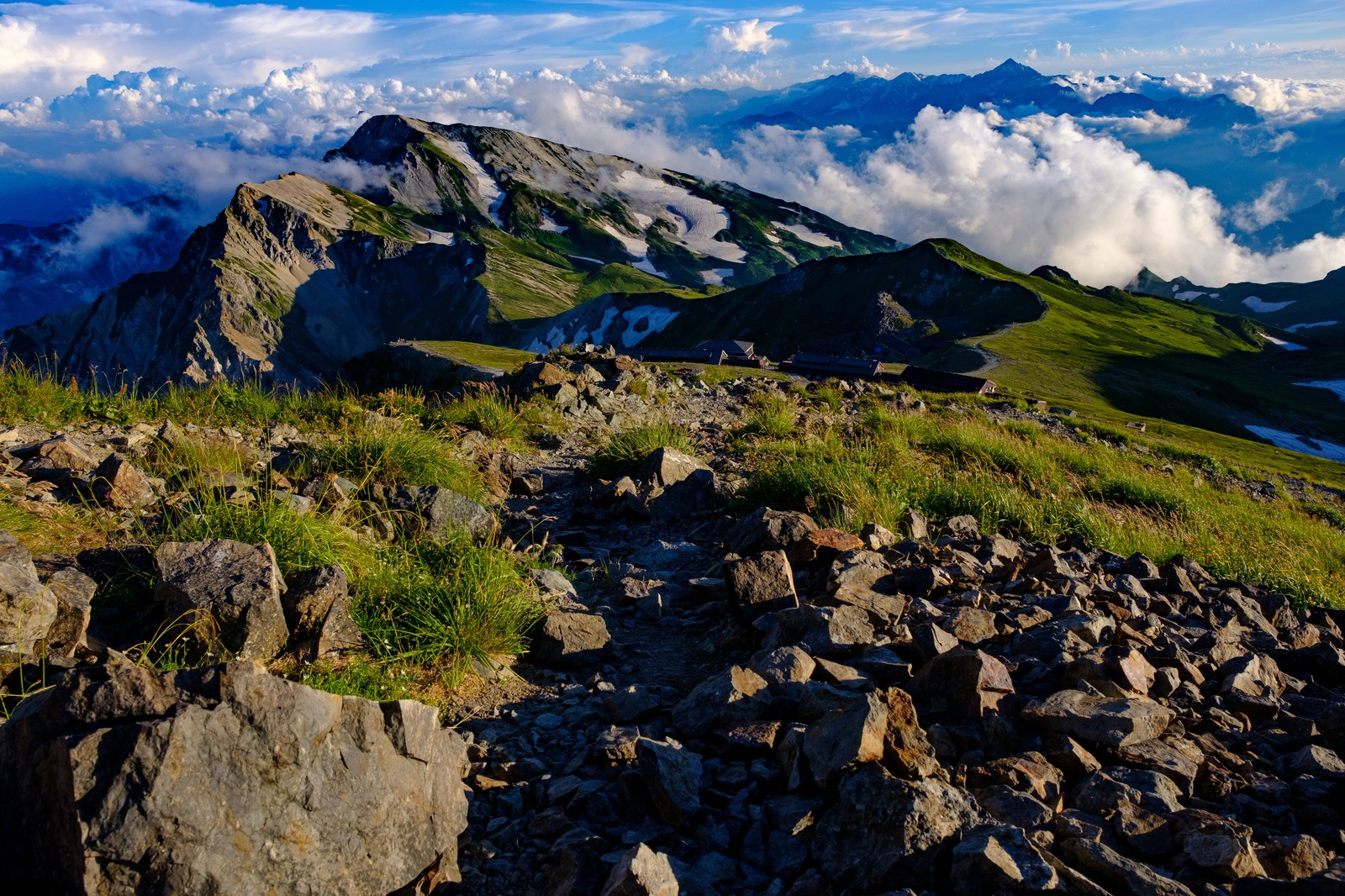 「白馬岳稜線の登山道から見る白馬連峰と立山連峰」の写真