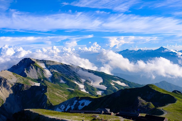 白馬連峰の先に見える立山連峰の写真