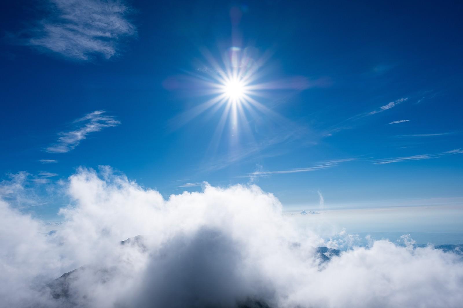 「上空の強い日差しと青空」の写真