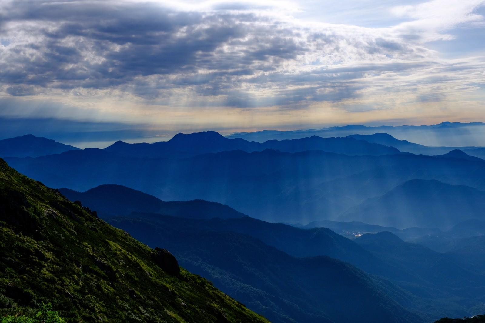 「山へ降り注ぐ神秘的な光芒」の写真
