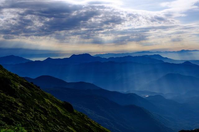 山へ降り注ぐ神秘的な光芒の写真