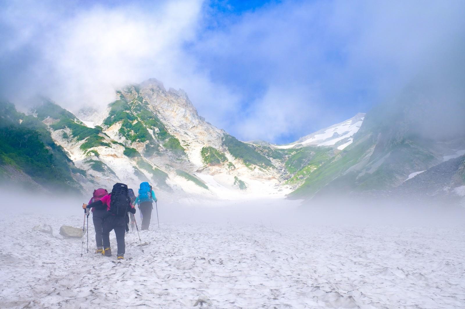 「ガスの合間から見える白馬岳と白馬大雪渓」の写真