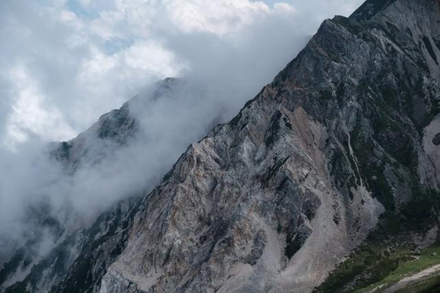 荒々しい岩肌(白馬岳)の写真