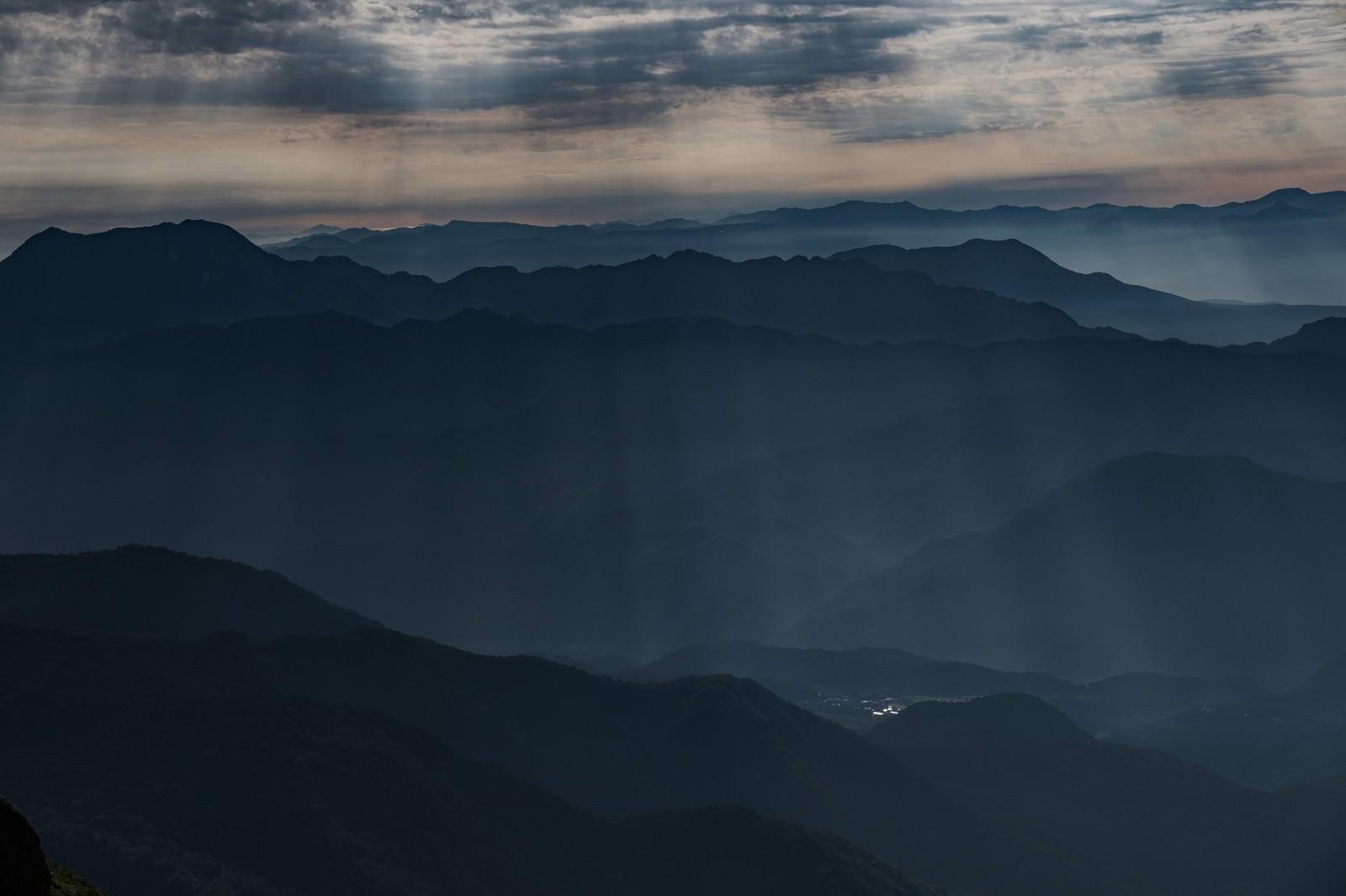 「山間部の街へ降り注ぐ光芒」の写真