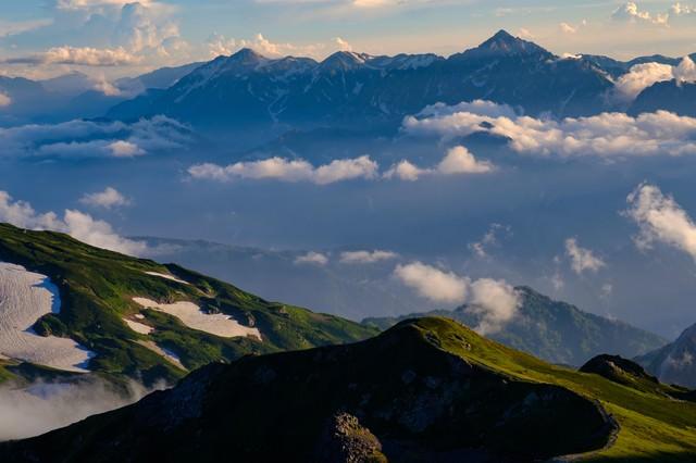 霞の向こうに見える立山連峰と剱岳の写真
