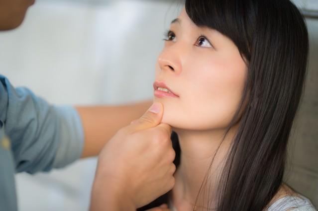 「顎クイはキスの前兆と思いきや脅迫される女性」のフリー写真素材