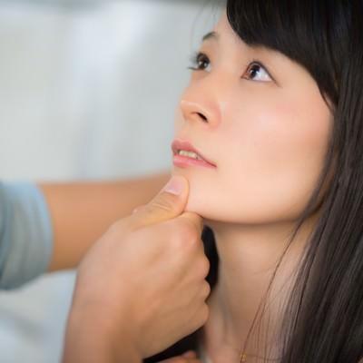 「顎クイはキスの前兆と思いきや脅迫される女性」の写真素材