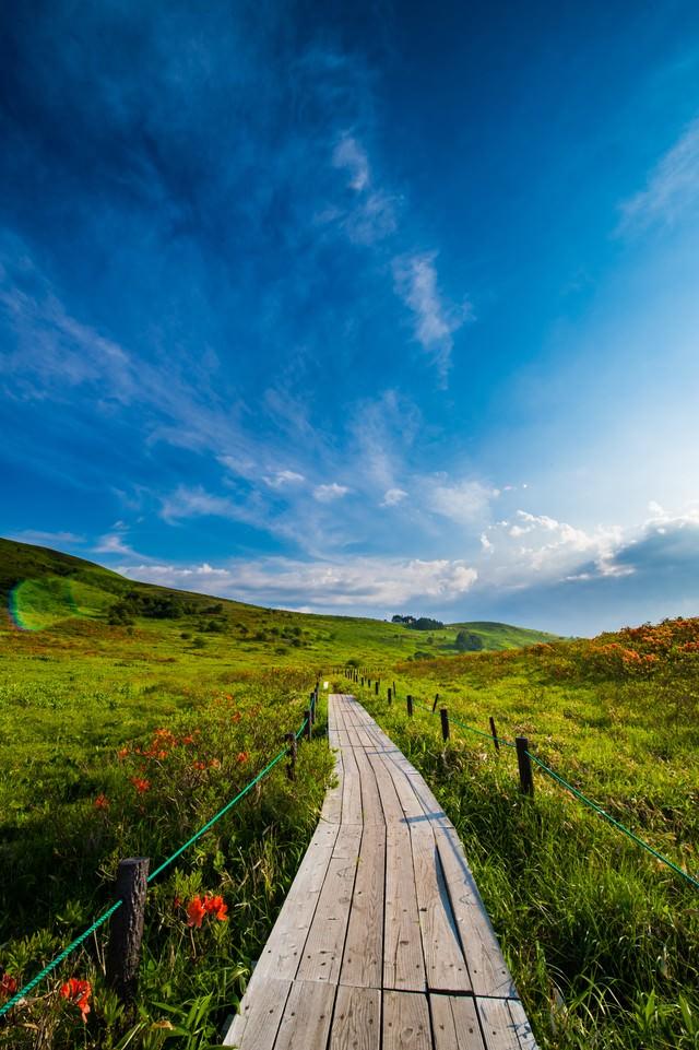 空が広い標高2000mのハイキングコース(車山高原)の写真