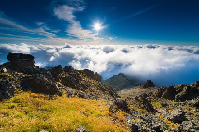 北アルプス3000m峰からの見る黎明感ある空と雲海の写真