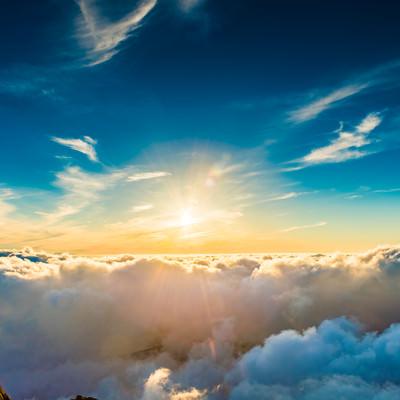 世界の始まりを感じるエターナルな夕日の写真