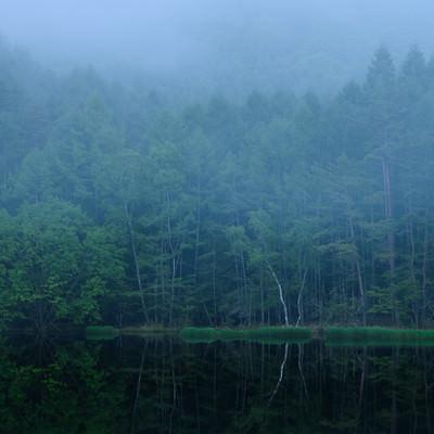 霧と御射鹿池の写真