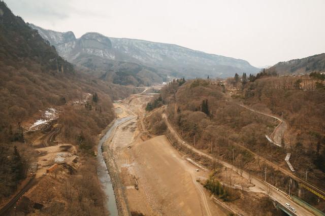 工事中の八ッ場ダムと丸岩の写真