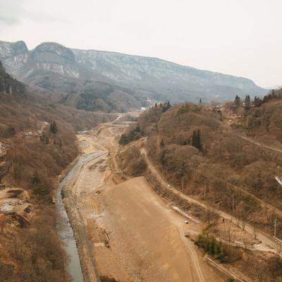 「工事中の八ッ場ダムと丸岩」の写真素材