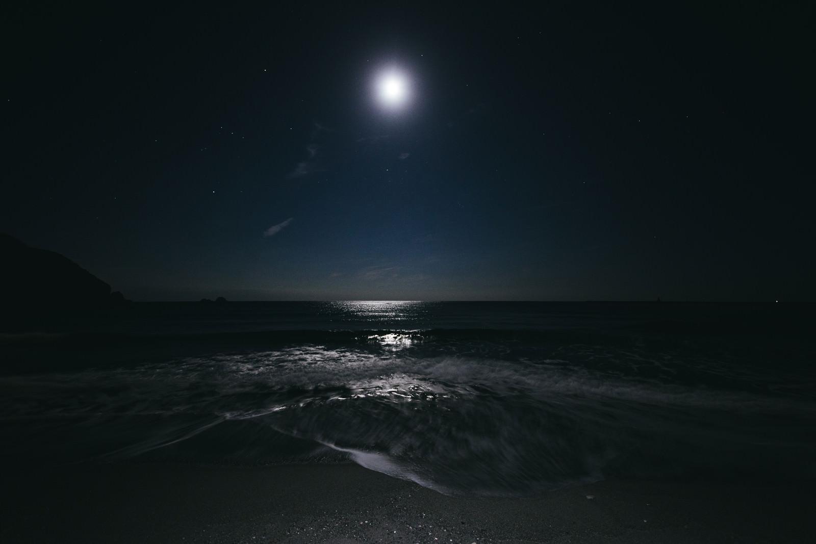 神津島の海を照らす満月のフリー素材