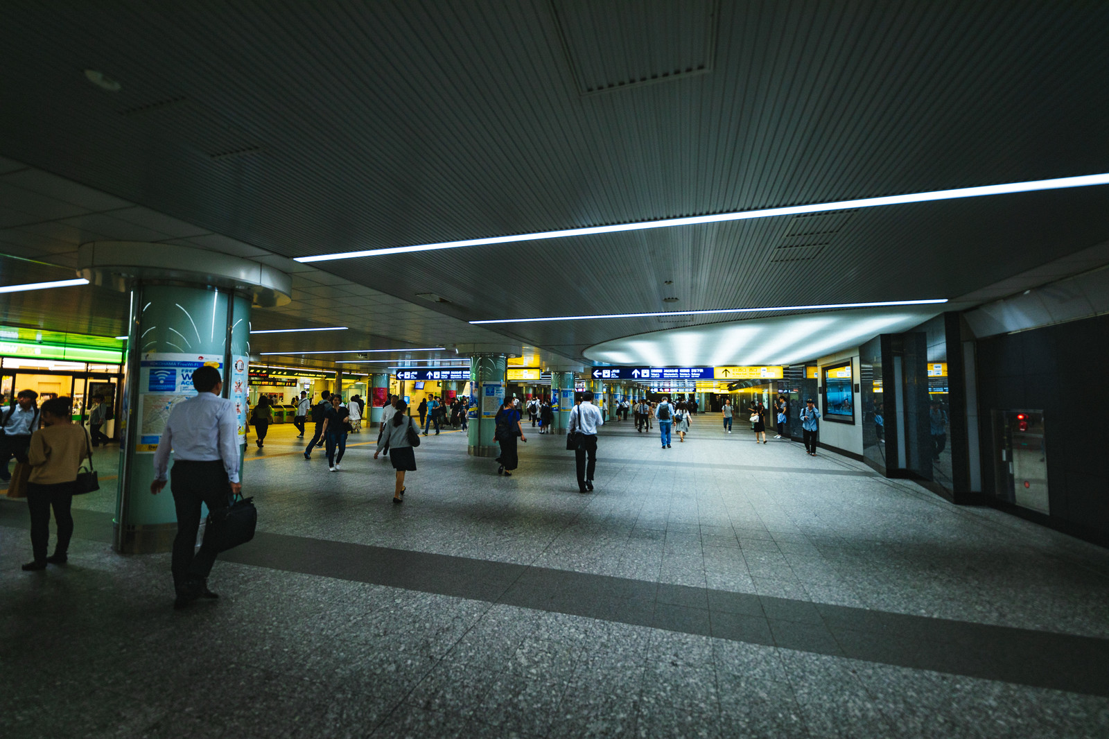 「横浜駅地下連絡通路横浜駅地下連絡通路」のフリー写真素材を拡大