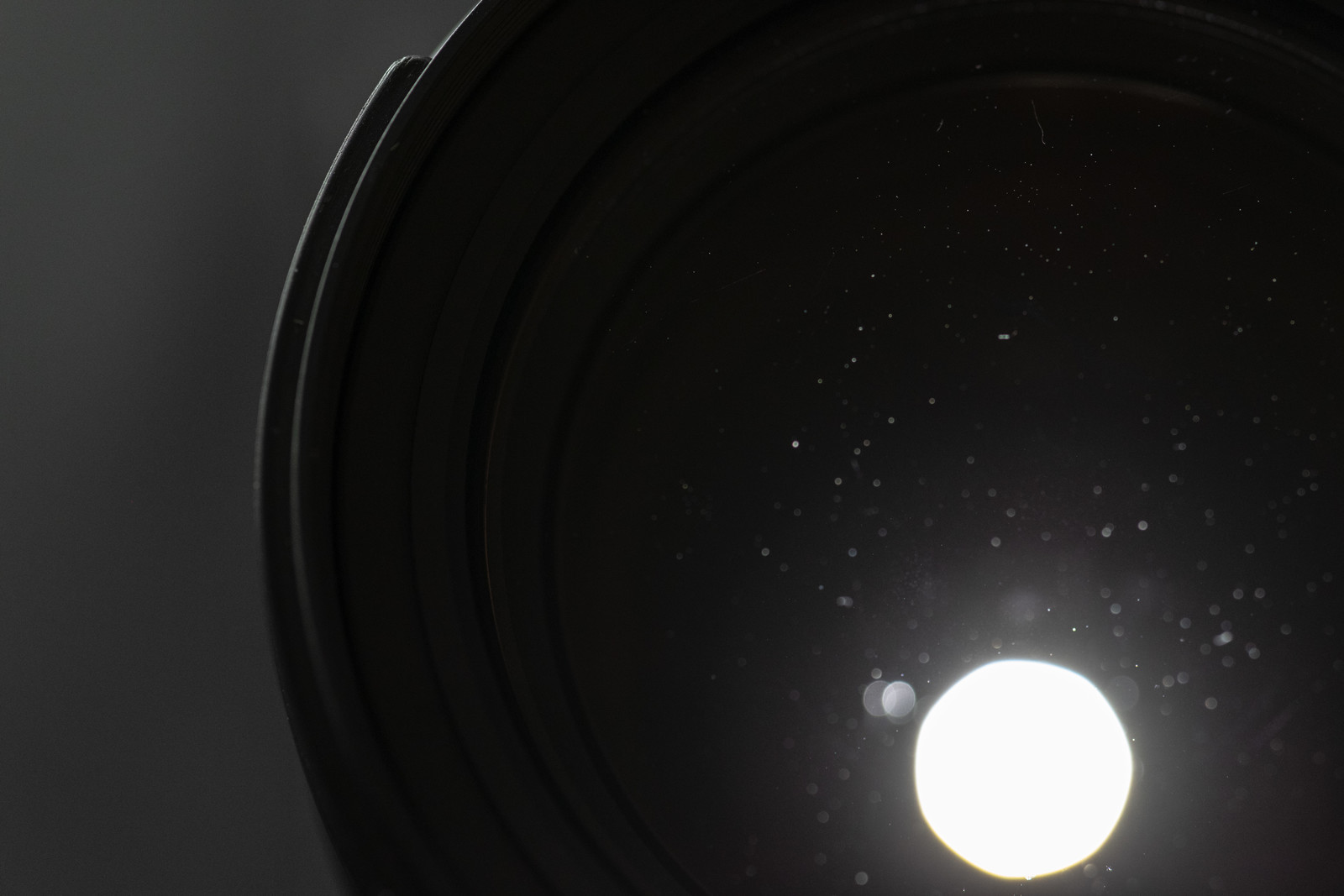 「レンズの後玉から光を当てて水滴痕を確認する」の写真