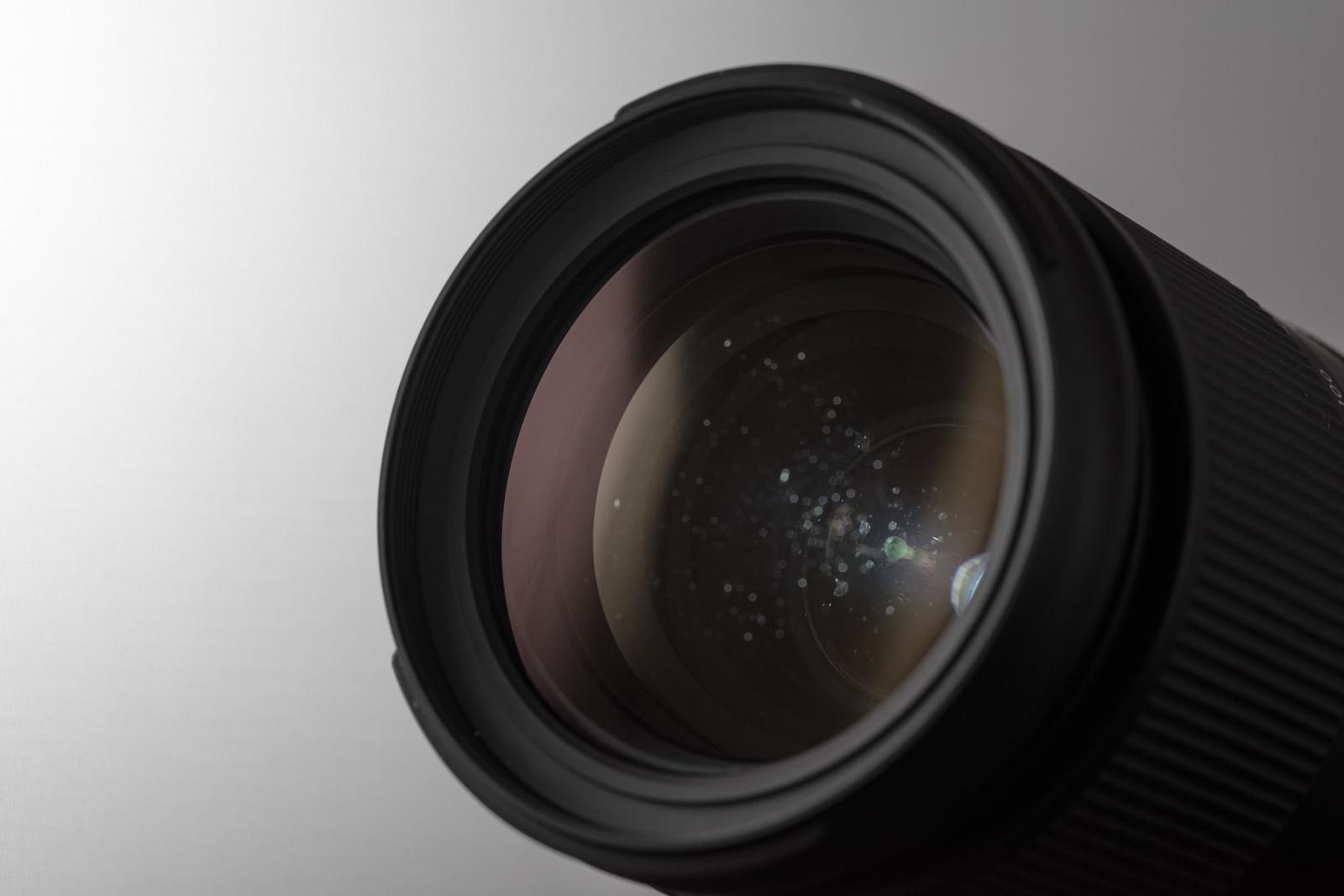 「レンズの中に結露した水滴痕が残る様子」の写真