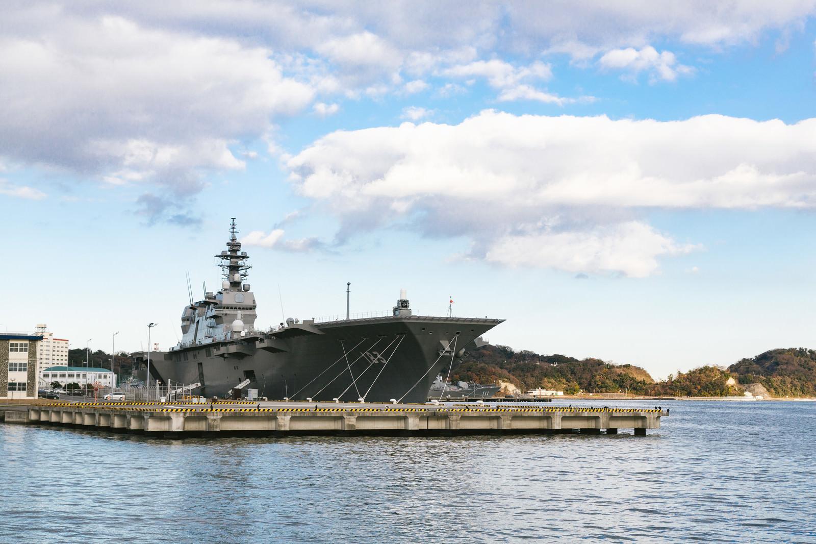 「横須賀に停泊する護衛艦「いずも」」の写真