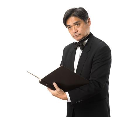 ご予約を確認している執事の写真