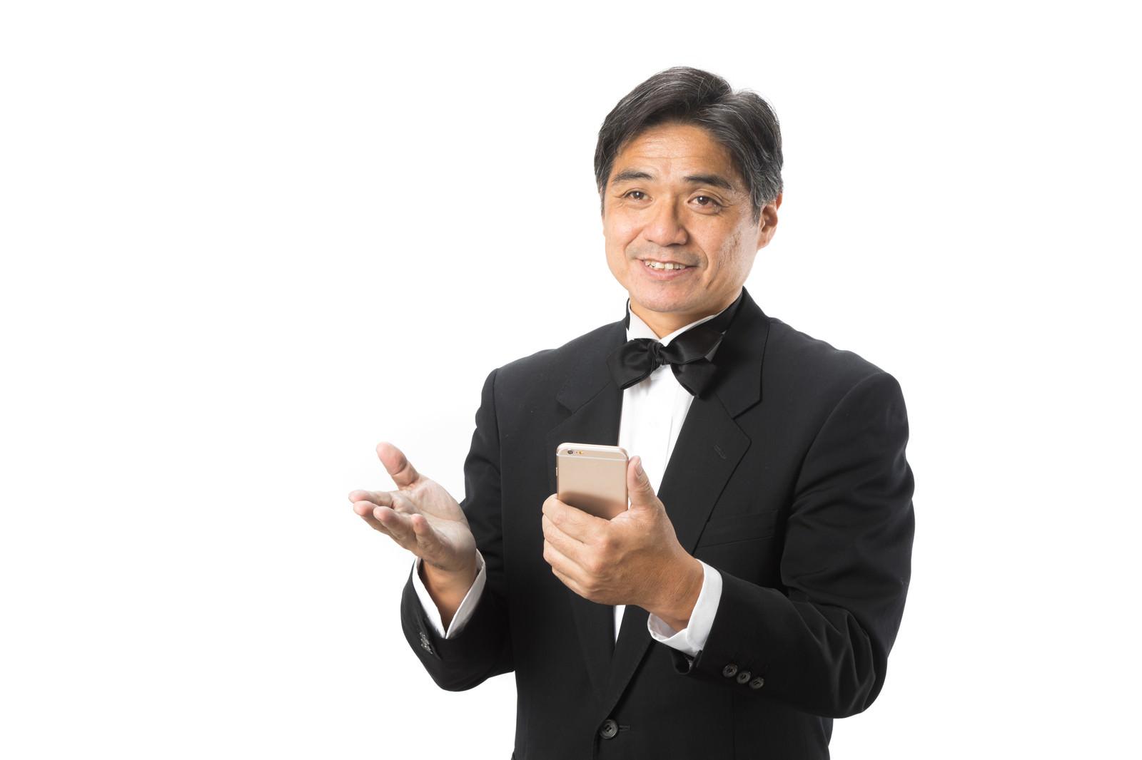 「スマホで予約を確認するホテルマンスマホで予約を確認するホテルマン」[モデル:よたか]のフリー写真素材を拡大