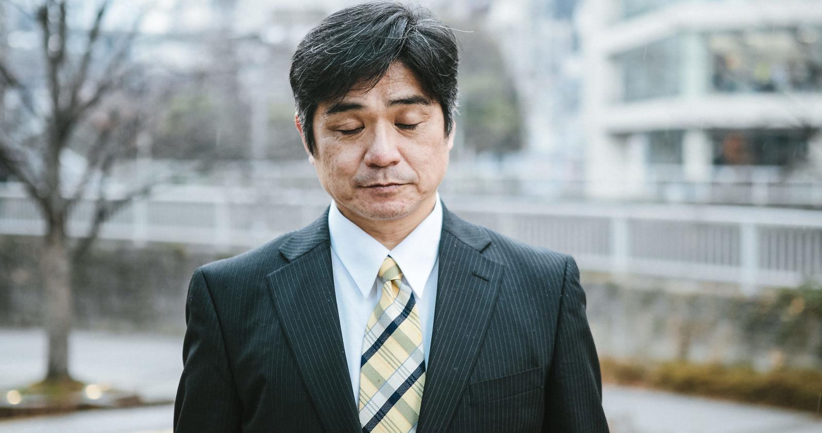 「寒い時期に屋外で待たされる部長」の写真[モデル:よたか]