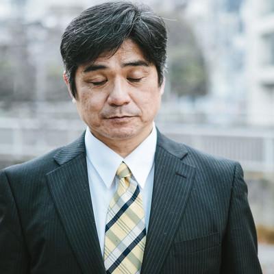 寒い時期に屋外で待たされる部長の写真