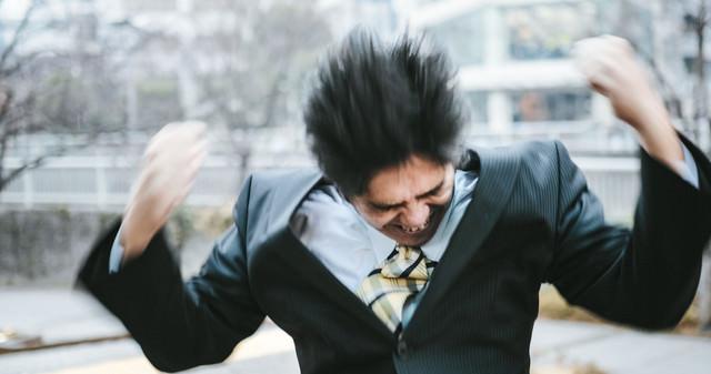 激しく怒る中年部長の写真