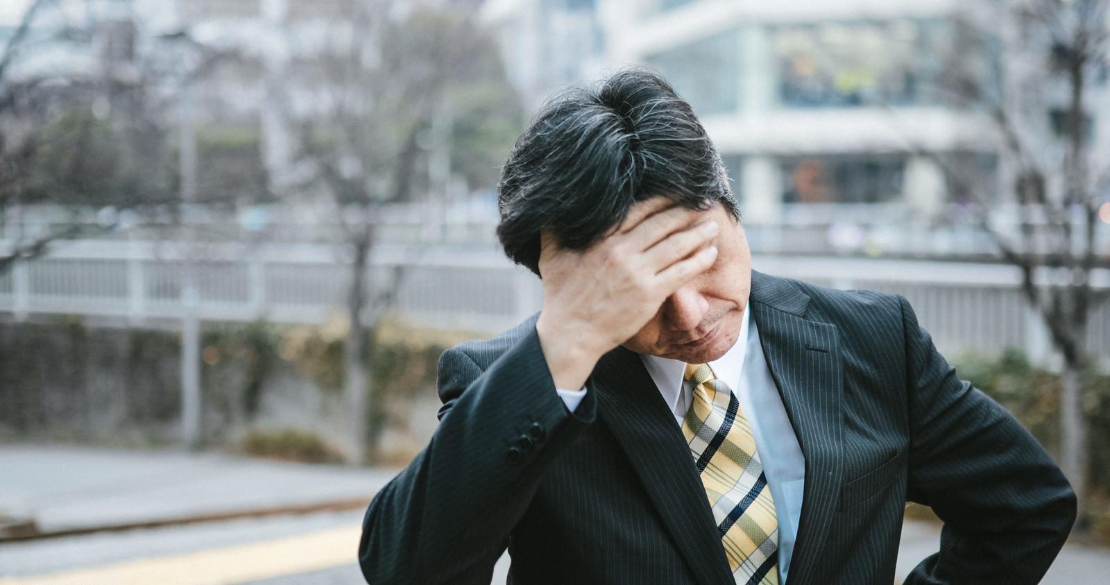「頭を抱える中年上司頭を抱える中年上司」[モデル:よたか]のフリー写真素材を拡大