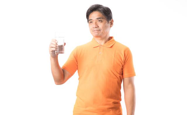 水分補給を欠かさないお父さんの写真