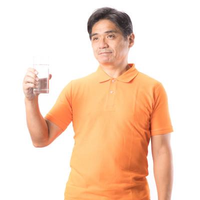 「水分補給を欠かさないお父さん」の写真素材