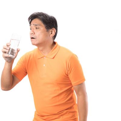 「脱水症(熱中症)気味の中年男性」の写真素材